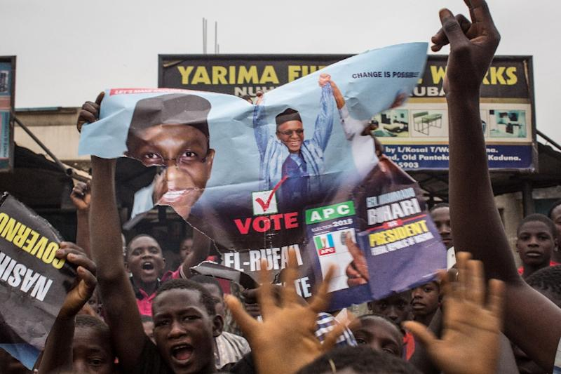 Hundreds of Nigerians celebrate the victory of presidential candidate Mohammadu Buhari at an intersection in the northern city of Kaduna on March 31, 2015 (AFP Photo/Nichole Sobecki)