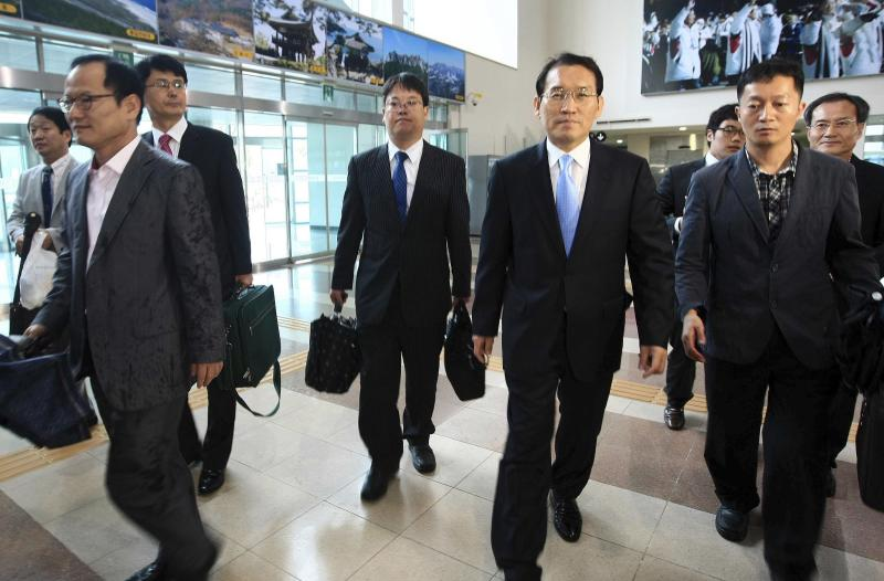 "A group of South Korean government officials and businessmen leaves for North Korea's Diamond mountain at the inter-Korean immigration office in Goseong, South Korea, Wednesday, June 29, 2011. North Korea has threatened to launch a ""sacred war"" against South Korea for slandering the country, ahead of a meeting on a stalled joint tourism project.(AP Photo/Yonhap, Lee Jong-gun)  KOREA OUT"
