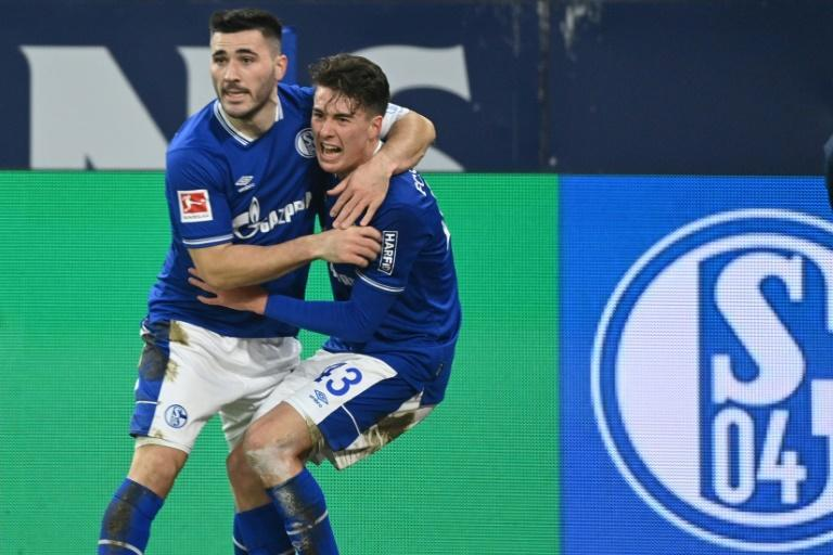 Matthew Hoppe (R) celebrates with Schalke captain Sead Kolasinac