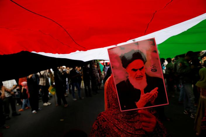 """<p>An Indonesian woman holds a picture of Iran's late leader Ayatollah Khomeini during a rally against the Israeli occupation of Jerusalem on the annual """"al-Quds Day"""" (Jerusalem Day) in Jakarta, Indonesia, July 1, 2016. (Photo: Beawiharta/REUTERS) </p>"""