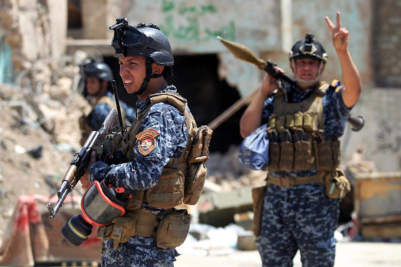 A member fon the Iraqi forces raises the victory sign as he holds a rocket-propelled grenade during the advance towards the Old City of Mosul on June 19, 2017 (AFP Photo/Ahmad AL-RUBAYE)