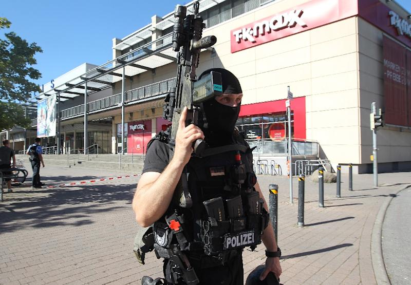 A policeman stands near a cinema where an armed man barricaded himself in Viernheim, southern Germany, on June 23, 2016 (AFP Photo/Daniel Roland)