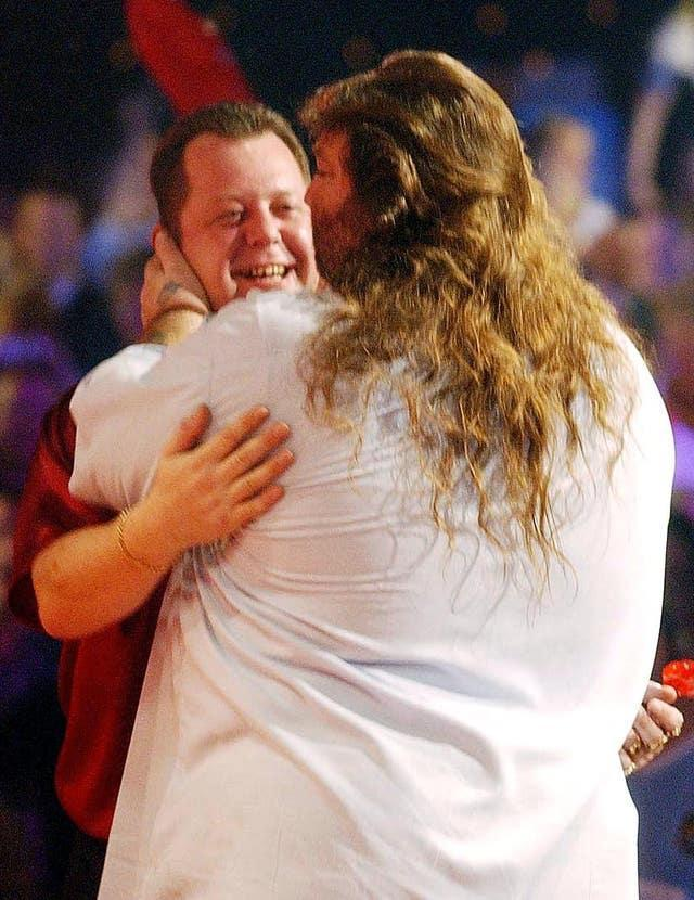 Andy Fordham and Mervyn King embrace after the 2004 BDO World Championship final