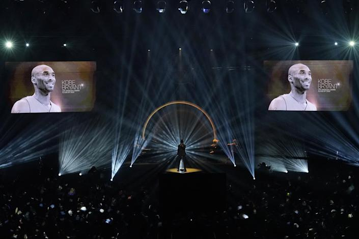 """Ne-Yo sings """"Incredible"""" during a moment of reflection on Kobe Bryant and other Hall of Famers who have died this last year."""