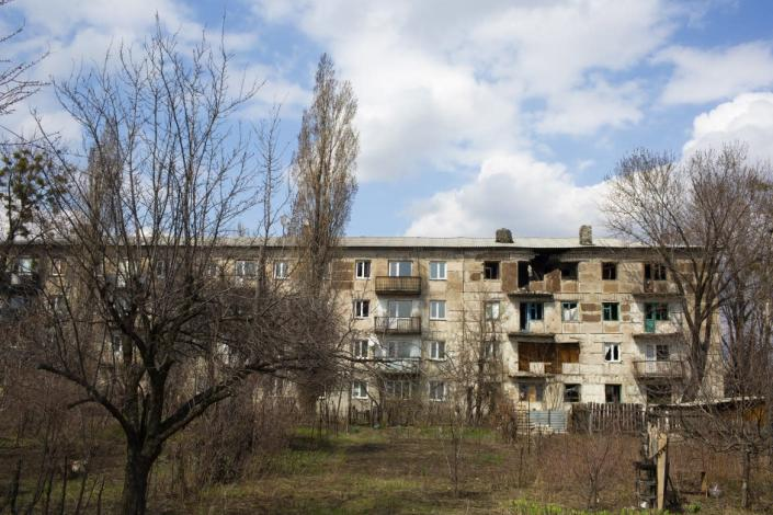 """<div class=""""inline-image__caption""""><p>Several buildings near the front line are deserted due to shelling. However, it is not only the war that makes people leave. It is also the closure of factories and mines.</p></div> <div class=""""inline-image__credit"""">Emil Filtenborg</div>"""
