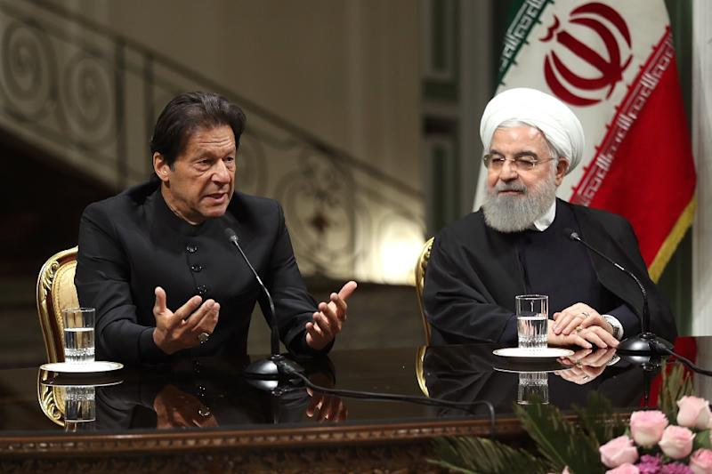 Pakistani Prime Minister Imran Khan (L) and Iranian President Hassan Rouhani have agreed to set up a joint border force (AFP Photo/-)
