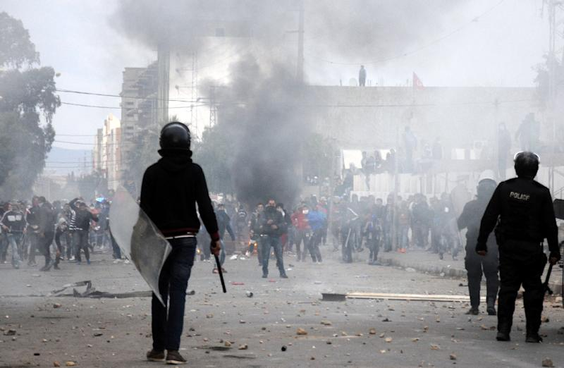 Tunisian protesters clash with security forces in the central town of Kasserine on January 21, 2016 (AFP Photo/Mohamed Khalil)