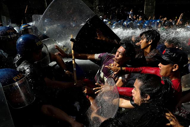 <p>NOV. 12, 2017 – Protesters clash with anti-riot police officers as they try to march towards the U.S. embassy during a rally against U.S. President Donald Trump's visit, in Manila, Philippines. (Photo: Athit Perawongmetha/Reuters) </p>