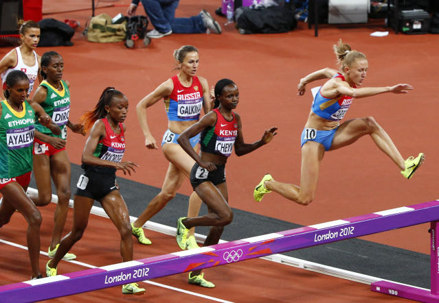 Russia's Yulia Zaripova (R) races to win the women's 3000m steeplechase final at the London 2012 Olympic Games at the Olympic Stadium August 6, 2012. REUTERS/David Gray (BRITAIN - Tags: OLYMPICS SPORT ATHLETICS)