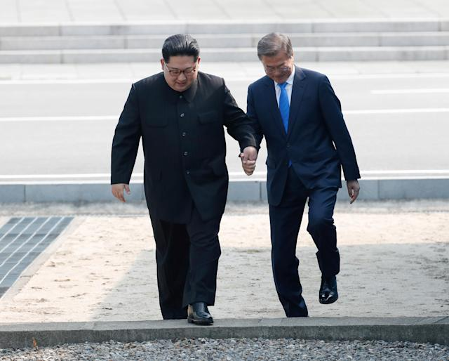 <p>South Korean President Moon Jae-in and North Korean leader Kim Jong Un meet in the truce village of Panmunjom inside the demilitarized zone separating the two Koreas, South Korea, April 27, 2018. (Photo: Korea Summit Press Pool/Pool via Reuters/Reuters) </p>