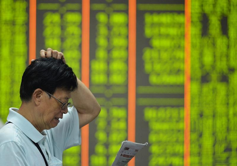 A screen shows falling share prices at a securities firm in Hangzhou, Zhejiang province, on August 24, 2015 (AFP Photo/)