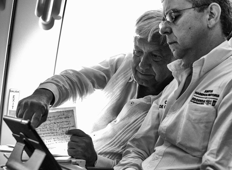López Obrador is working on his last election speech together with his spokesman César Yáñez on a commercial flight to Cancún July