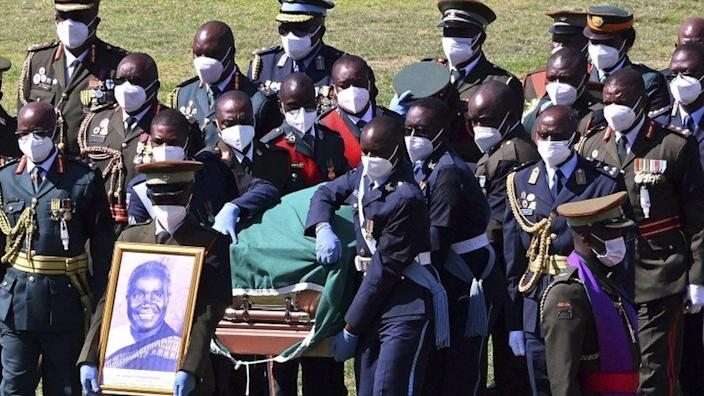 Soldiers carrying the coffin of Zambian President Dr Kenneth Kaunda