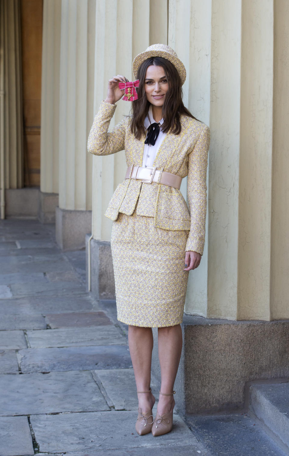 <p>Wearing a Chanel pencil skirt suit and matching hat, the actress looked perfect in peach. <em>[Photo: Getty]</em> </p>