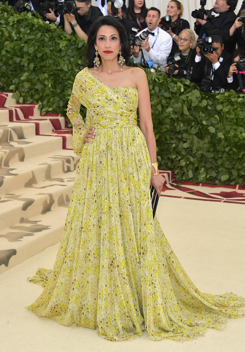 """<h1 class=""""title"""">Huma Abedin in Giambattista Valli with a Hunting Season clutch</h1><cite class=""""credit"""">Photo: Getty Images</cite>"""