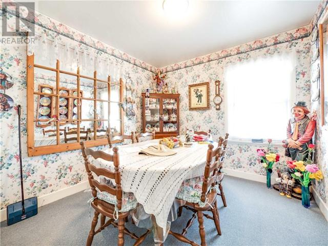 <p>The dining room has the largest clown in the collection, as well as several clown-themed plates. (Zoocasa) </p>