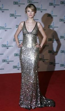 Singer Taylor Swift arrives at the 42nd Country Music Awards in Nashville, Tennessee November 12, 2008.