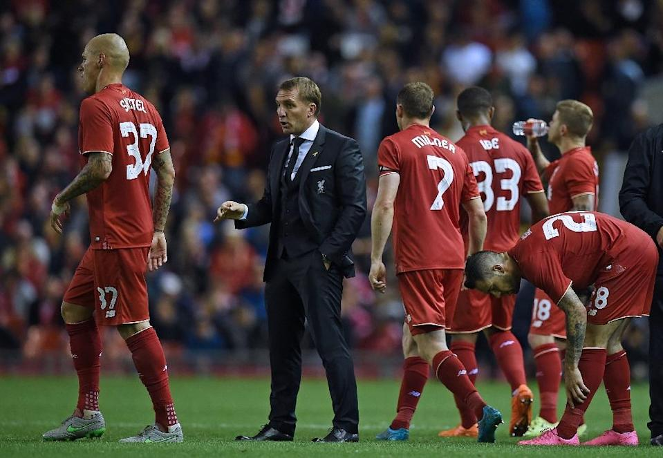 Liverpool's manager Brendan Rodgers (2nd L) talks to his players before extra-time is played, during their English League Cup match against Carlisle United, at Anfield in Liverpool, on September 23, 2015 (AFP Photo/Paul Ellis)