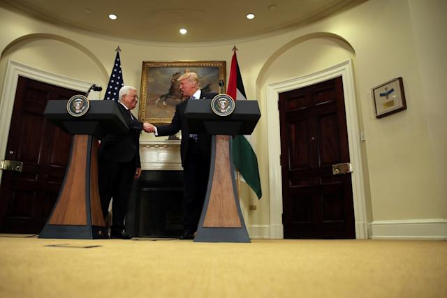 Donald Trump and Mohamoud Abbas shake hands