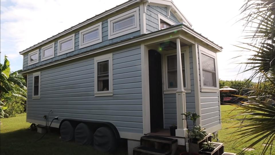 La casita Tiffany, de Tim Davidson, actualmente ubicada en una isla en un lago en Sarasota, Florida. (YouTube / Tiny Homes Tours)