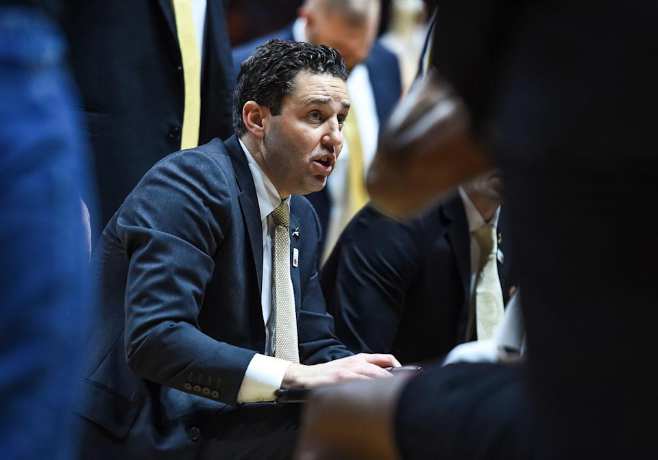 KNOXVILLE, TN - FEBRUARY 19: Vanderbilt Commodores head coach Bryce Drew coaching in a team huddle during a college basketball game between the Tennessee Volunteers and Vanderbilt Commodores on February 19, 2019, at Thompson-Boling Arena in Knoxville, TN. (Photo by Bryan Lynn/Icon Sportswire via Getty Images)