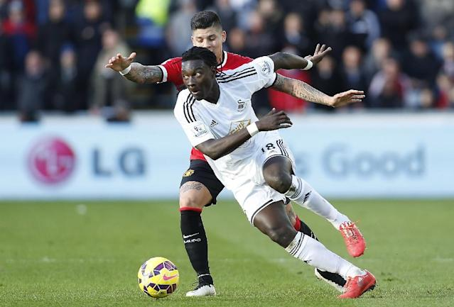 Swansea City striker Bafetimbi Gomis (front) in action during the English Premier League football match in Swansea on February 21, 2015 (AFP Photo/Justin Tallis)