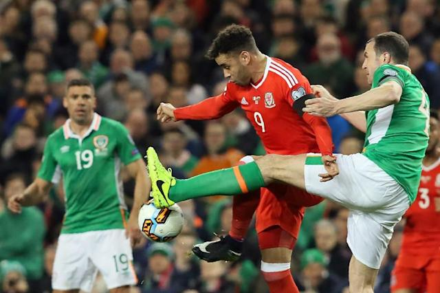 Republic of Ireland's defender John O'Shea (R) vies with Wales's striker Hal Robson-Kanu during the World Cup 2018 qualification football match March 24, 2017 (AFP Photo/Paul FAITH)