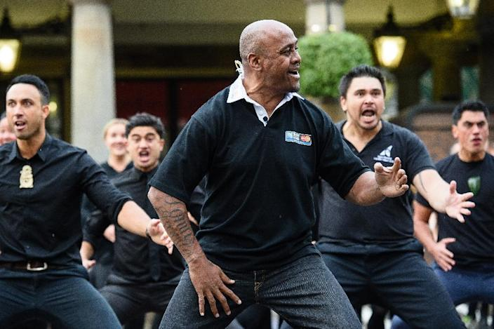 Former New Zealand rugby union player Jonah Lomu takes part in a haka in London on September 16, 2015 (AFP Photo/Leon Neal)