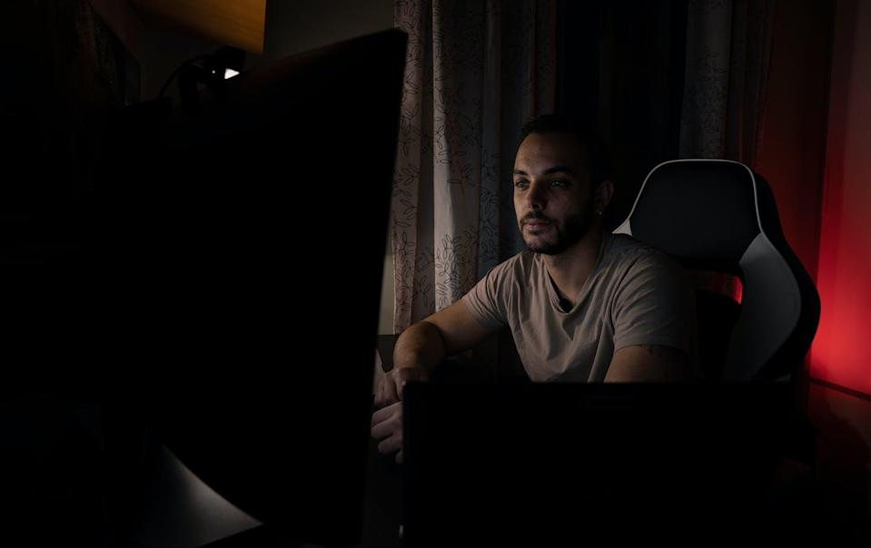 "<span class=""attribution""><a class=""link rapid-noclick-resp"" href=""https://www.shutterstock.com/es/image-photo/young-man-beard-teleworking-his-computer-1947039682"" rel=""nofollow noopener"" target=""_blank"" data-ylk=""slk:Shutterstock / Miguel Serrano Ruiz"">Shutterstock / Miguel Serrano Ruiz</a></span>"