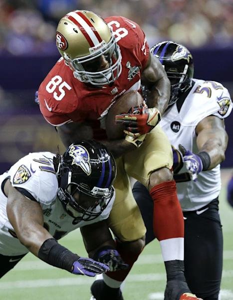 San Francisco 49ers tight end Vernon Davis (85) runs between Baltimore Ravens linebacker Courtney Upshaw, left, and Ray Lewis during the first half of the NFL Super Bowl XLVII football game, Sunday, Feb. 3, 2013, in New Orleans. (AP Photo/Patrick Semansky)