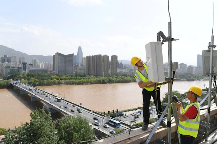 China Telecom technicians test an equipment at the 5G network base station near Yellow River in Lanzhou, Gansu province, China May 16, 2019. Picture taken May 16, 2019. REUTERS/Stringer ATTENTION EDITORS - THIS IMAGE WAS PROVIDED BY A THIRD PARTY. CHINA OUT.