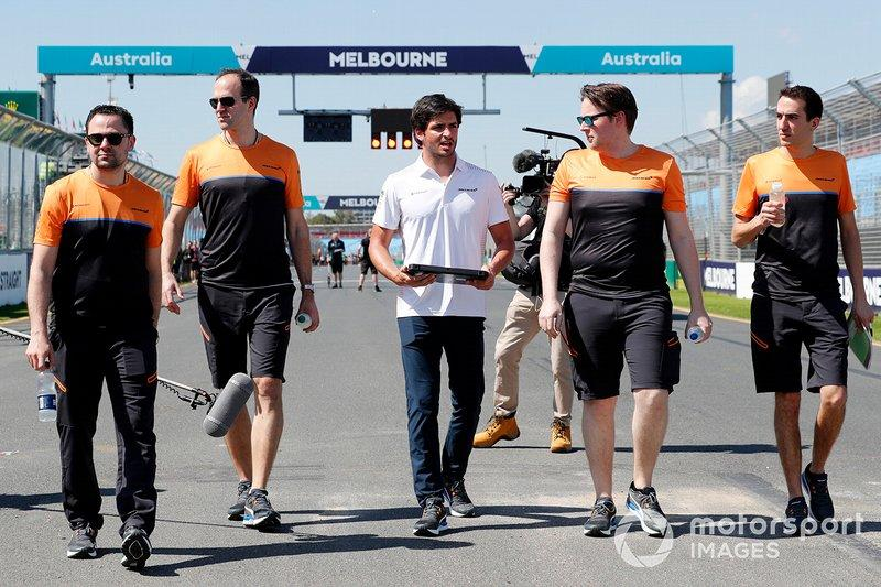 "Carlos Sainz Jr., McLaren walks the track with members of the team<span class=""copyright"">Glenn Dunbar / Motorsport Images</span>"