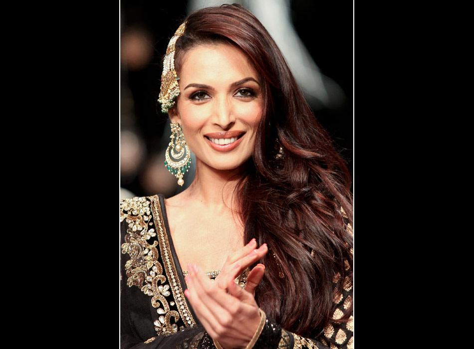 "Showstopper: Malaika wore a black velvet long -sleeved blouse pairing it with a creamy lehenga, giving her a typical Anarkali look. And we have no doubt that she is one of the hottest celebs in B'town.<br><br><a href=""http://in.video.yahoo.com/entertainment-26099860/bollywood-26715902/malaika-and-amrita-sizzles-the-ramp-in-desi-avatar-28496978.html"">Malaika sizzles on the ramp</a>"