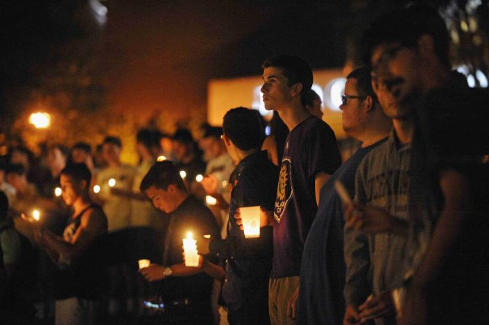 Students hold candles during a vigil honoring U.S. journalist Steven Sotloff at the Reflection Pool on the campus of the University of Central Florida in Orlando, Florida, September 3, 2014. Sotloff, a former student at the university, was the second American journalist beheaded by Islamic State militants, within weeks, in retaliation to U.S. airstrikes in Iraq. REUTERS/David Manning (UNITED STATES - Tags: CRIME LAW POLITICS EDUCATION OBITUARY CIVIL UNREST)