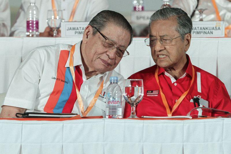 DAP leader, Lim Kit Siang and Tun Dr Mahathir Mohamed exchange a light banter at the Pakatan Harapan convention at the Shah Alam Convention Centre in Shah Alam, Selangor, December 10, 2016. — Picture by Yusof Mat Isa