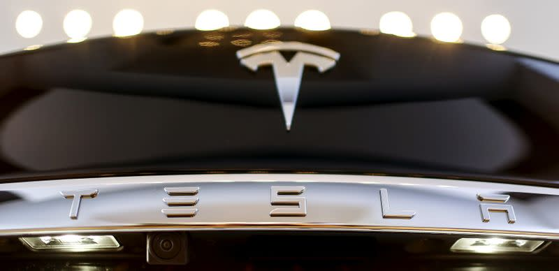 U.S. probes touchscreen failures in Tesla Model S cars