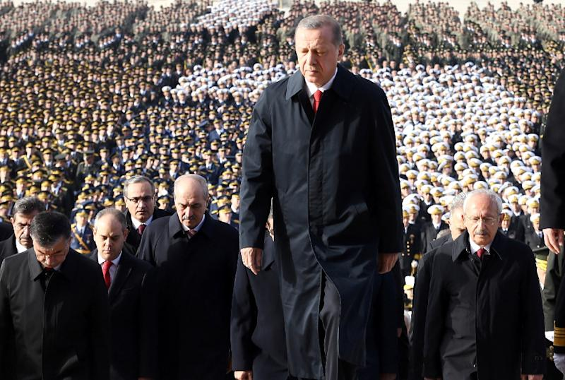 Turkish President Recep Tayyip Erdogan (C) attends a ceremony at the Anitkabir, the mausoleum of the founder of Turkish Republic, Mustafa Kemal Ataturk, on October 29, 2015 in Ankara (AFP Photo/Adem Altan)