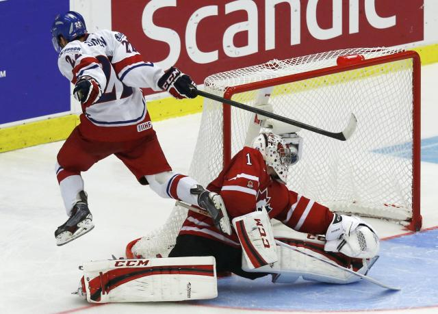 Czech Republic's Dominik Simon (L) scores the game winning goal on Canada's goalie Jake Paterson during a shootout in their IIHF World Junior Championship ice hockey game in Malmo, Sweden, December 28, 2013. REUTERS/Alexander Demianchuk (SWEDEN - Tags: SPORT ICE HOCKEY)