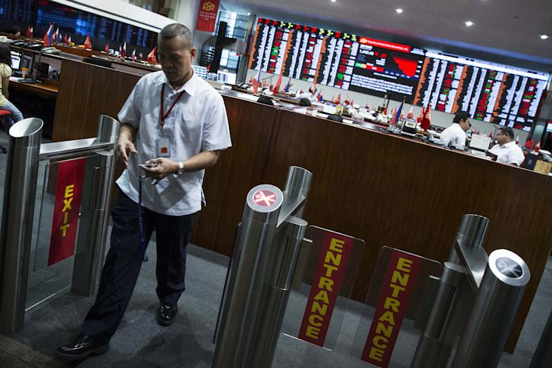 A trader exits the floor at the Philippine Stock Exchange in the Makati City, the Philippines. (Photo: Getty Images)