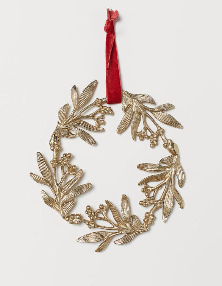 "<p>Couronne – 24,99 € - H&M Home</p><br/><a target=""_blank"" href=""https://www2.hm.com/fr_fr/productpage.0670226001.html"">Acheter</a>"