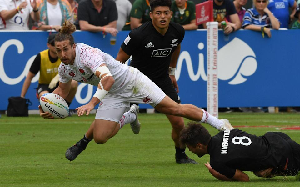 Dan Bibby of England vies for the ball with New Zealand's Andrew Knewstubb during the Semi Finals of the HSBC Dubai Sevens Series in December 2019, just before Covid brough chaos to the sevens game - AFP