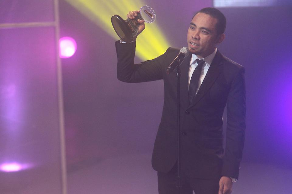 """Henry Burgos accepts his Best Original Story Award for """"Thy Womb"""""""