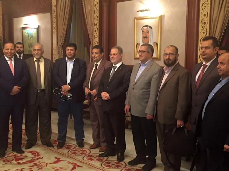 Head of the Yemeni government delegation to peace talks, Foreign Minister Abdulmalek al-Mikhlafi (C), with the delegation members at the international airport in Kuwait City on August 1, 2016 (AFP Photo/)