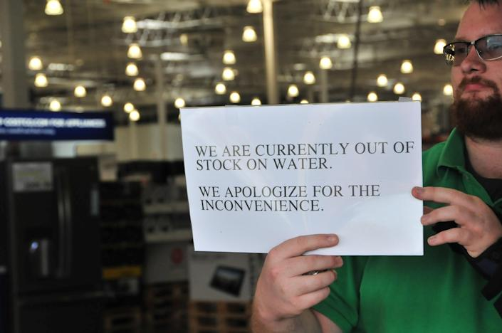 <p>An employee holds a sign showing water has sold out in a chained market in Houston, Texas on Aug. 24, 2017. (Photo: Liu Liwei/Xinhua via ZUMA Wire) </p>