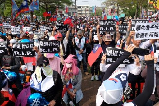 Supporters of Han Kuo-Yu, dressed in dark clothes and held placards reading 'rest in peace'