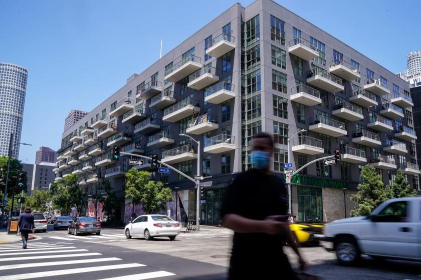 """Rents are coming down in Los Angeles as landlords seek to fill an increase in vacancies. <span class=""""copyright"""">(Kent Nishimura / Los Angeles Times)</span>"""