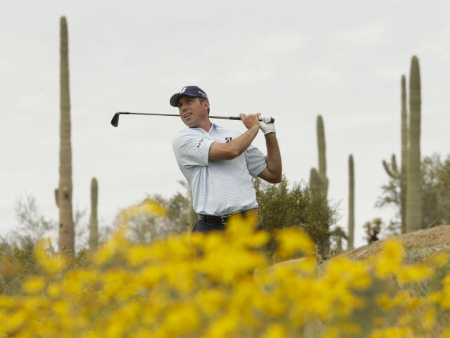 Matt Kuchar watches his tee shot on the 12th hole in his match against Bernd Wiesberger during the first round of the Match Play Championship golf tournament on Wednesday, Feb. 19, 2014, in Marana, Ariz. (AP Photo/Ted S. Warren)