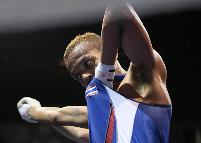 Thailand's Amnat Ruenroeng kisses his national jersey following a victory on August 16, 2008 in Beijing (AFP Photo/Jacques Demarthon)
