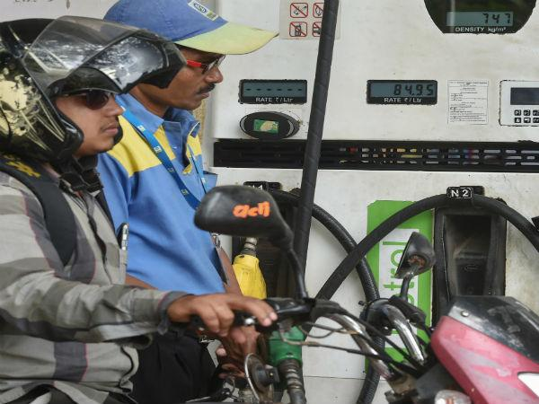 Petrol price hits a record high in Mumbai