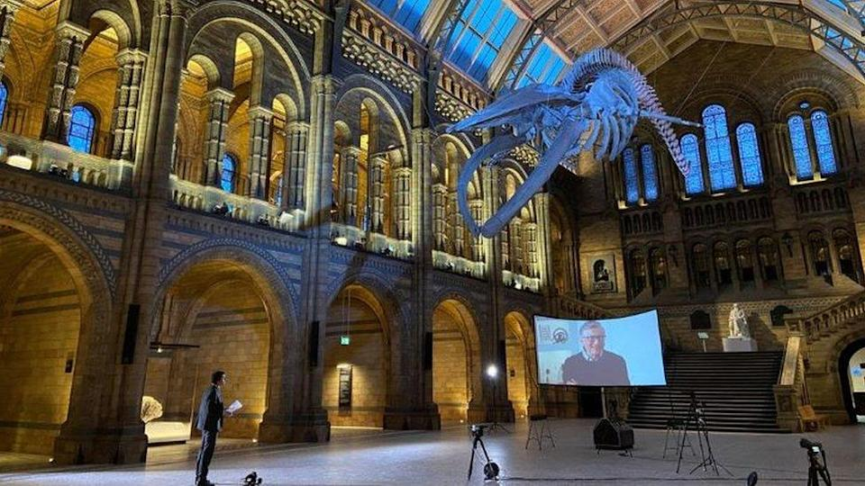 Justin Rowlatt fez entrevista virtual com Bill Gates, dentro do Museu de História Natural de Londres